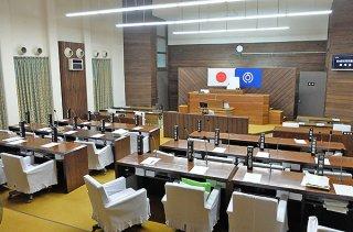 臨時議会を開会できず、無人と化す本会議場=25日午後