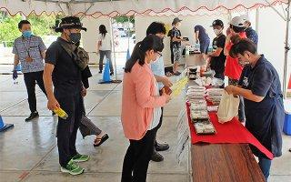 石垣市が設けている「ゆいまーる弁当」販売。これも経済対策の一環だ=26日正午ごろ、市役所ピロティ