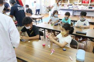ポンポン船を作ったユーグレナの理科実験教室=28日午後、大本小学校