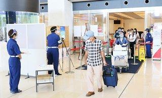 旧盆前日の南ぬ島石垣空港到着ロビー。出迎えた人と再会を喜び合う姿もほとんど見られなかった=30日午後