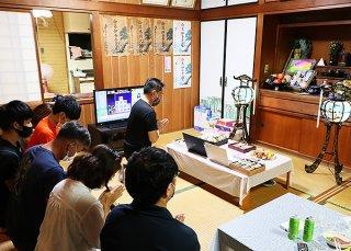 パソコンの画面を仏壇に向けオンラインの参加も交えて先祖を迎えた=8月31日夜、市内新川の伊舎堂義男さん宅