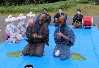 線香を香炉に立て、先祖を供養するとともに平和な世の中を祈願するウシュマイ(左)とンミー=1日午後6時すぎ、前勢岳石垣市民の森駐車場