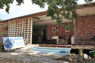 老朽化が著しい黒島研究所。建て替えが急がれている=5日午後、黒島