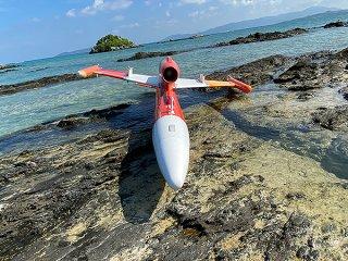 竹富島の北側海岸で見つかった訓練用の標的をえい航する機体と思われる漂着物=8日午前(上間学竹富通信員撮影)