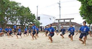 堂々と踊りを披露する石垣中学校郷土芸能部の部員ら=13日午前、宮鳥御嶽