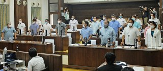尖閣諸島上陸決議案に起立して賛成する議員。19人対1の賛成多数で可決した=18日午後、本会議場