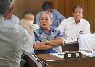 食育センターの候補地をめぐって田里氏(手前)と激論を交わす外間町長ら=24日午後、与那国町役場