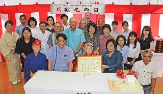 中山義隆市長や大勢の家族に囲まれる川田カメさん=25日午後、ばすきなよお