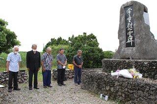 波照間島の学童慰霊碑に黙とうをささげる戦争マラリア遺族会の役員ら=28日午前、同所