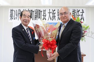 第19代竹富町副町長に就任した大浜知司氏(右)=1日午前、町役場仮庁舎