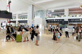 本土から訪れる観光客ら。羽田発石垣行ではGoToトラベルキャンペーンを利用して来島する客もいた=1日午前、南ぬ島石垣空港