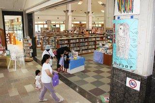6日に開館30周年を迎える石垣市立図書館。当初予算の図書購入費が減り続けている=3日午前、同館
