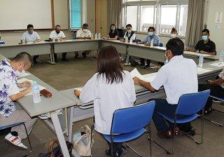 高校生の就職状況について意見を交わす参加者ら=6日午後、大濱信泉記念館
