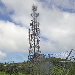 於茂登岳山頂にあるラジオ中継石垣局。2021年度にバンナ岳と川平の2カ所へ移転となる(八重山広域市町村圏事務組合提供)