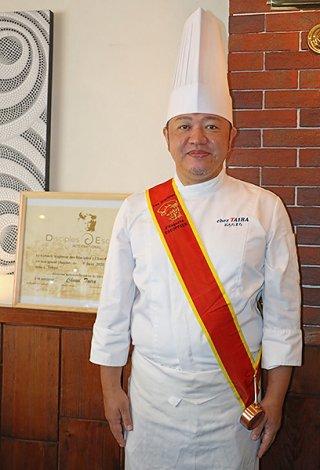 ディシプル章を受章した平良朝政さん=8日、那覇市おもろまちの「Dining chez TAIRA」