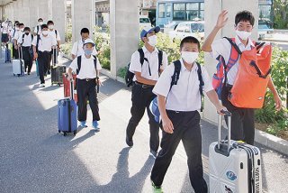 1カ月遅れの八重山郡内就学旅行シーズンが始まり、沖縄本島の3中学校が石垣島入りした=12日午後、南ぬ島石垣空港