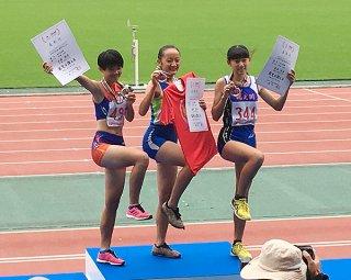 女子走り高跳び1㍍66で2位に輝き表彰台に上る比嘉桃花(左)=18日午後、日産スタジアム(提供)
