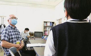 就職採用試験に向けて面接の練習をする高校生と進路指導部の職員=20日午後、八重山農林高校