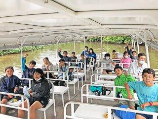 修学旅行として西表島仲間川を訪ね、クルージングを楽しむ白保小学校の6年生ら=22日(同校提供)