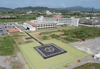県立八重山病院の隣接地に設置された暫定ヘリポート(写真手前のH)。11日に供用開始=4日午前、真栄里