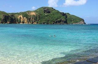 観光客と思われる男性が泳ぐ与那国島ナーマ浜=10月8日