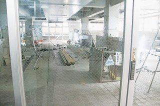 リニューアル工事が進んでいる石垣市公設市場一階。店舗約18ブースとイートインスペースを設ける予定だ=18日午後