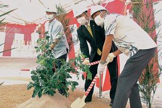 かびらこども園の起工式でくわ入れの儀式を行う関係者ら=24日午前、同敷地内
