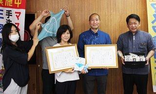 商工会特産品コンテストで入賞した2社の担当者が受賞報告を行った=25日午後、石垣市役所