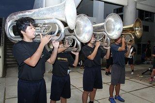古びた楽器を使って練習する石垣第二中学校の吹奏楽・マーチングバンド部の部員ら=2019年10月18日、同校