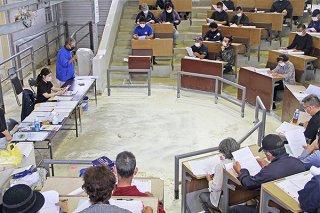「家畜人工授精業務マニュアル」の説明会が開かれ、県の指針が示された=11月30日午後、八重山家畜市場