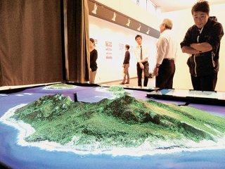 石垣市が尖閣諸島自然環境基礎調査事業として製作した尖閣諸島の3Dジオラマ。これも情報発信事業に活用する=2015年1月13日、市民会館展示ホール