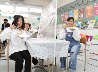 八重山商工高校の文化祭で、焼きそばを味わう生徒ら=4日午前、同校