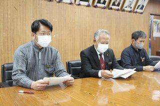 成人式の延期を発表する中山市長(左)ら=4日夜、石垣市役所