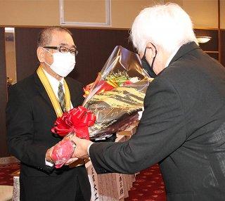 文化賞贈呈の後、花束を受ける受賞者=5日午前、南の美ら花ホテルミヤヒラ