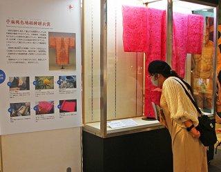 石垣市立八重山博物館で始まった琉球王国文化遺産集積・再興事業巡回展「手わざ―琉球王国の文化―」=6日午後