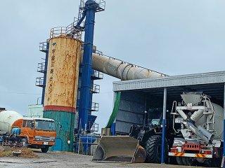 丸尾建設の小浜島生コンクリート工場の来年8月末閉鎖が決まった=4日午後(小浜通信員撮影)