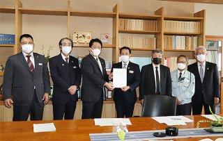 新石垣島製糖工場改修事業費の公的助成拡充など3項目を要請した中山義隆石垣市長(左から3人目)ら=18日、県庁