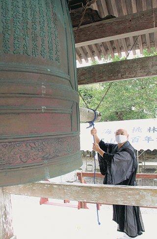 「皆さんの思いの分まで鐘をつく」と除夜の鐘制限に理解を求める小林昌道住職=28日午後、同寺