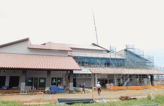 6日から建築工事が再開された新庁舎建設現場。赤瓦屋根の一部があらわになっている=6日午後