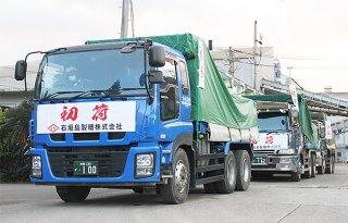 今期操業で製造された粗糖をトラック8台で石垣港に運んだ=13日午前、石垣島製糖