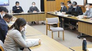 石垣市が経済団体や関連事業者ら15人と意見交換を行った=13日午後、石垣市立図書館