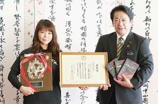 離島フェア2021の優良特産品で優秀賞に選ばれたゆいまーる牧場の安藤美由紀さん(左)=14日午前、市役所市長室