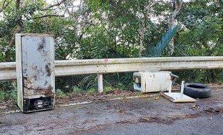 前勢岳林道で昨年12月に回収された不法投棄物(石垣市農政経済課提供)
