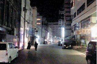 不要不急の外出要請などを求める県独自の緊急事態宣言初日。美崎町は人影もまばらだった=20日午後8時半ごろ