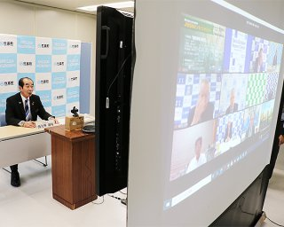 オンラインのJIBSNセミナーが開催。あいさつをする代表幹事の西大舛髙旬町長(左奥)=23日午後、竹富町役場仮庁舎