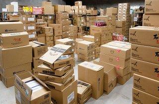 土産店の2階と3階の倉庫には年末に仕入れた商品が積み上げられている=22日午後
