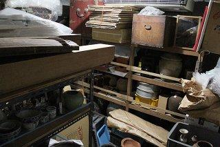 八重山博物館の地下室。資料が増え、収蔵や整理が難しくなっている=27日午後、八重山博物館