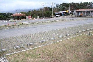 ほとんどの店舗が臨時休業している川平湾周辺。市営駐車場の利用者もゼロになった=2日午前11時50分ごろ