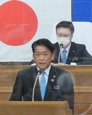 本会議終了後、宮古島市での会食について概要を説明する中山義隆市長=2日午後、本会議場
