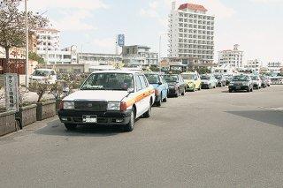 待機場所には客を待つタクシーの長い列ができていた=4日午後、ユーグレナ石垣港離島ターミナル